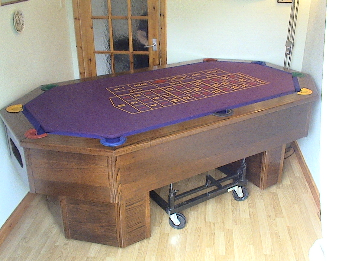 octapool table with roulette top